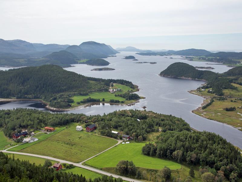 Utsikt fra fjellet Mælanakken - Rotnes gård midt på bildet